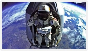 Red-Bull-Stratos-Felix-Baumgartner-And-Capsule-High-Altitude-Salute